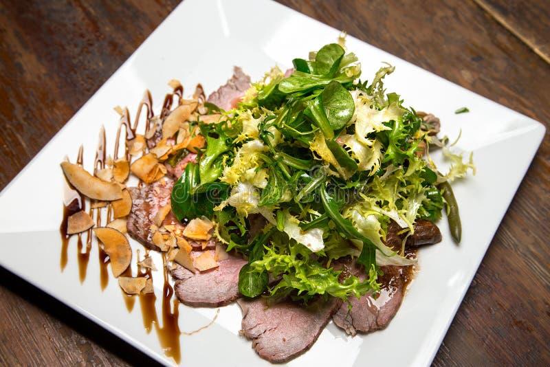 salade de viande avec des verts photographie stock libre de droits