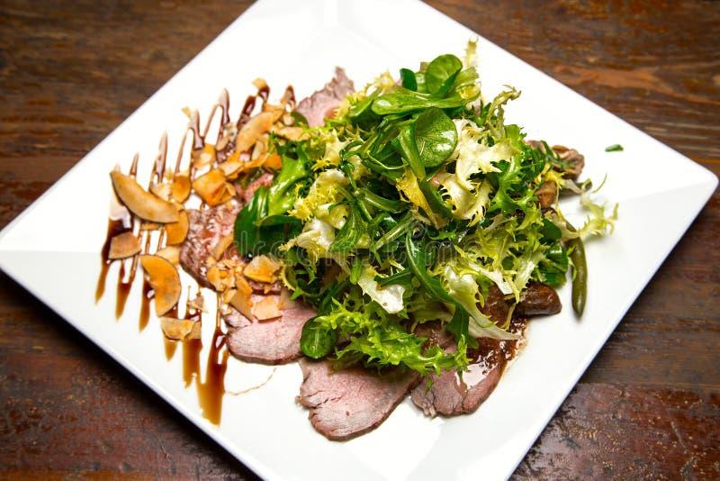 salade de viande avec des verts photos libres de droits