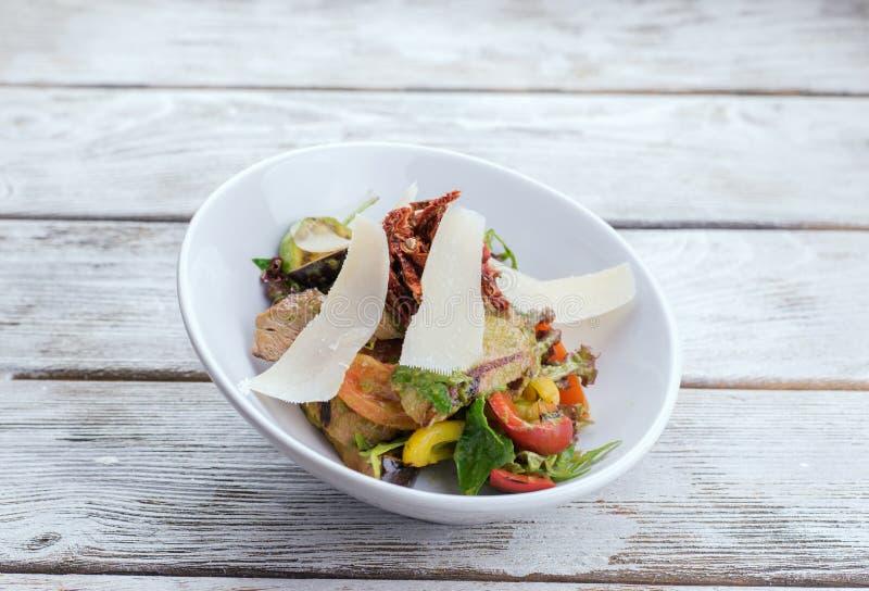 Salade de viande avec le parmesan image stock