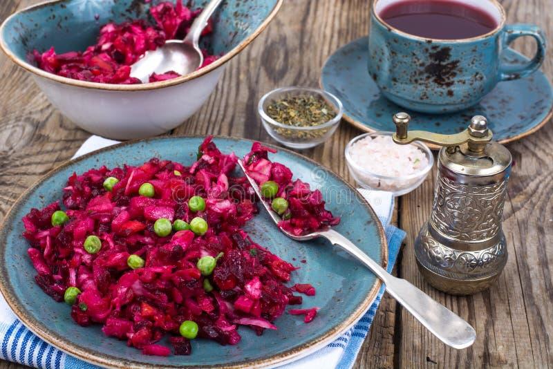Salade de Vinaigrette avec des betteraves, des pommes de terre, des carottes et des pois photos libres de droits