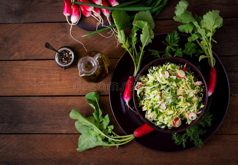 Salade de vitamine de jeunes légumes photos stock