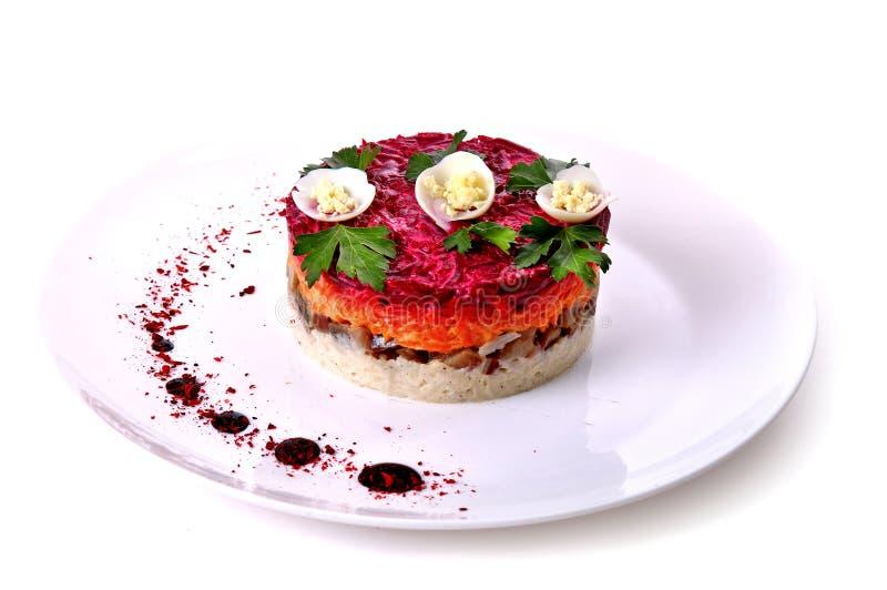 Salade des champignons, des oeufs, de la carotte et de la betterave photographie stock libre de droits