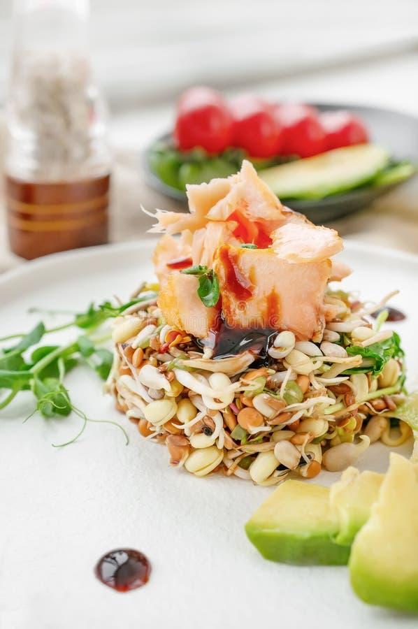 Salade des graines, de la truite et de l'avocat germés Concept macrobiotique de nourriture images stock