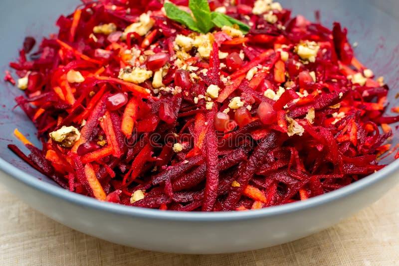 Salade des grenades et des noix r?p?es de carottes de betteraves rouges photos libres de droits