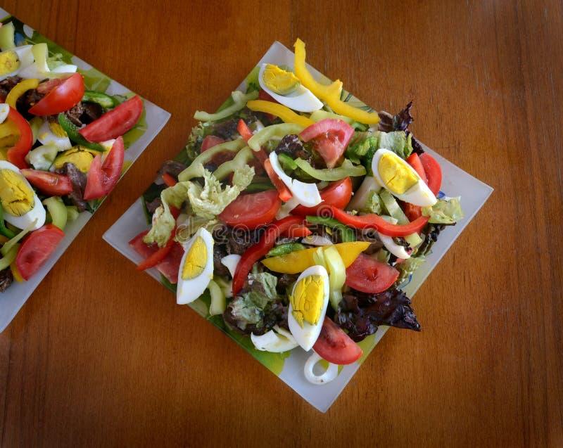 Salade des légumes et des oeufs à la coque découpés colorés images stock