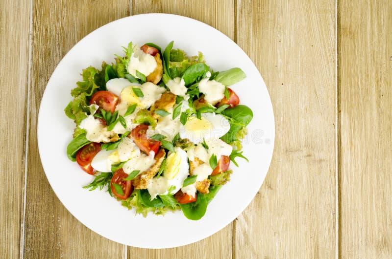 Salade des légumes frais, oeufs, viande de poulet avec de la sauce blanche images libres de droits