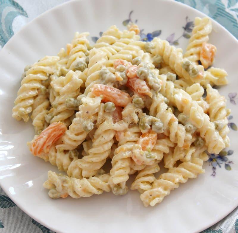 Salade des nouilles avec des pois et des carottes