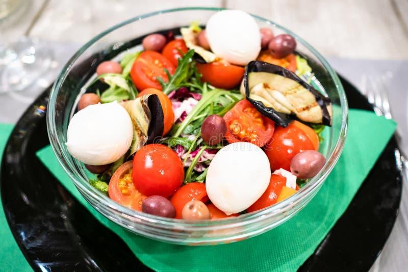 salade des tomates avec l'aubergine et le mozzarella image stock