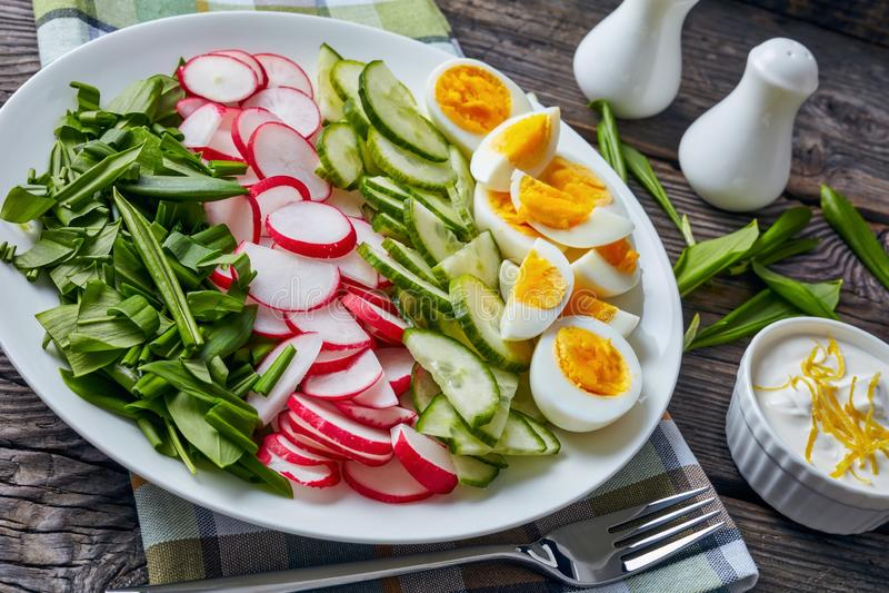 Salade des verts frais, oeufs durs photographie stock libre de droits
