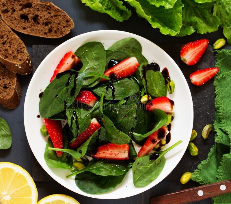 Salade diététique avec des fraises photos libres de droits