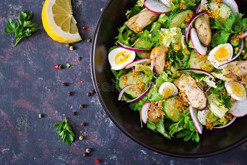 Salade diététique avec des moules, des oeufs de caille, des concombres, le radis et la laitue image libre de droits