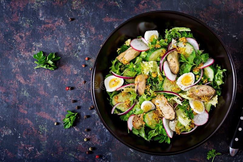 Salade diététique avec des moules, des oeufs de caille, des concombres, le radis et la laitue photo stock
