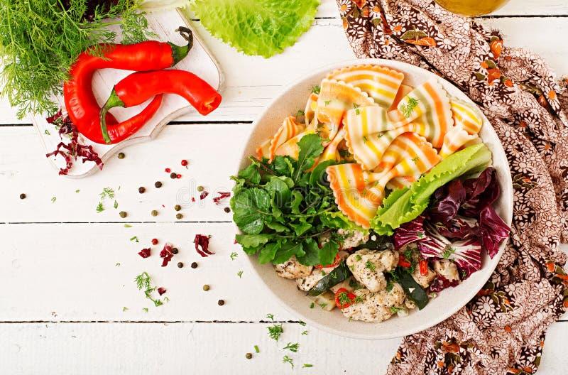 Salade diététique Blé dur de pâtes de Farfalle avec le filet cuit au four de poulet avec l'aubergine, la courgette et la salade d photographie stock