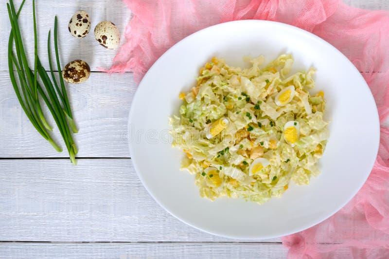 Salade diététique de ressort léger de chou de chine, fromage, oeufs de caille, maïs photo libre de droits