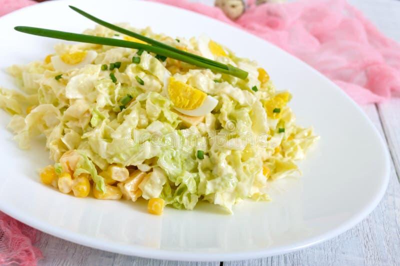 Salade diététique de ressort léger de chou de chine, fromage, oeufs de caille, maïs photos stock