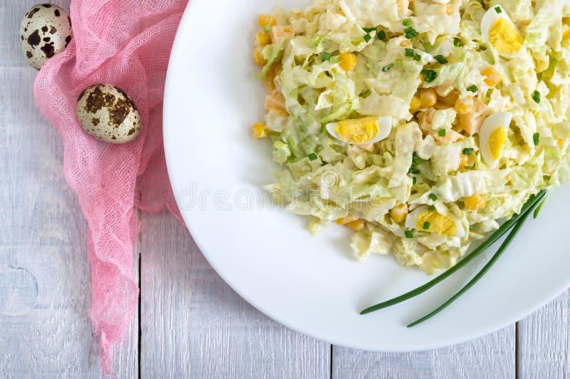 Salade diététique de ressort léger de chou de chine, fromage, oeufs de caille, maïs images stock