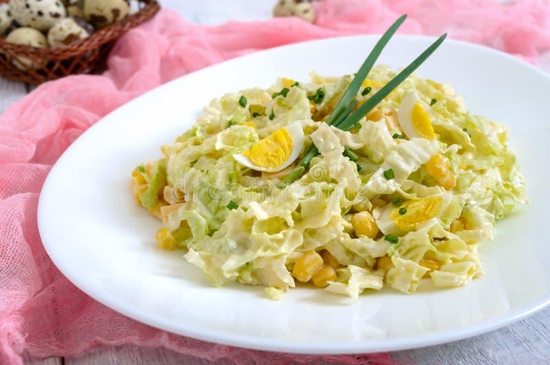 Salade diététique de ressort léger de chou de chine, fromage, oeufs de caille, maïs image libre de droits