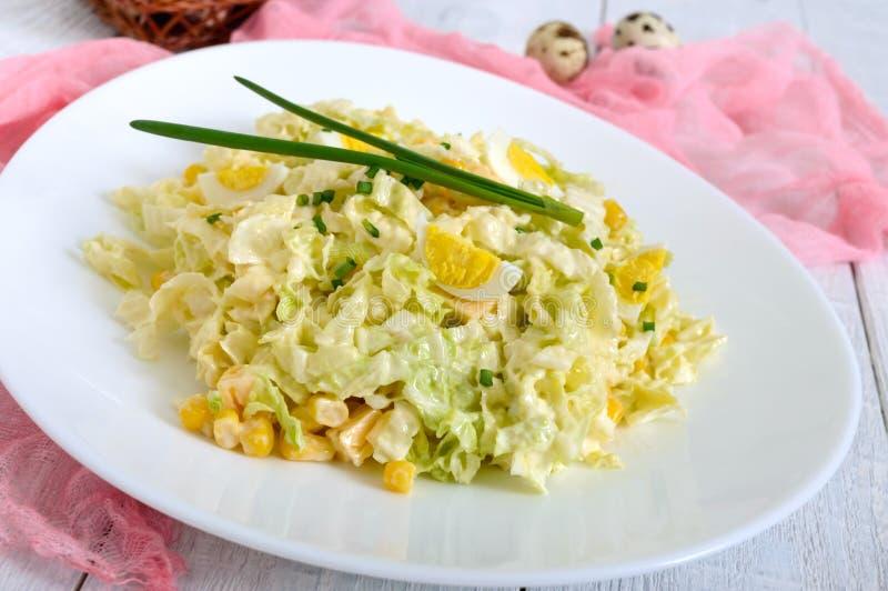 Salade diététique de ressort léger de chou de chine, fromage, oeufs de caille, maïs photographie stock libre de droits