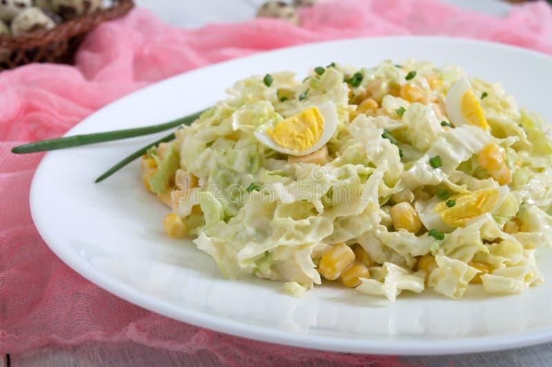 Salade diététique de ressort léger de chou de chine, fromage, oeufs de caille, maïs image stock