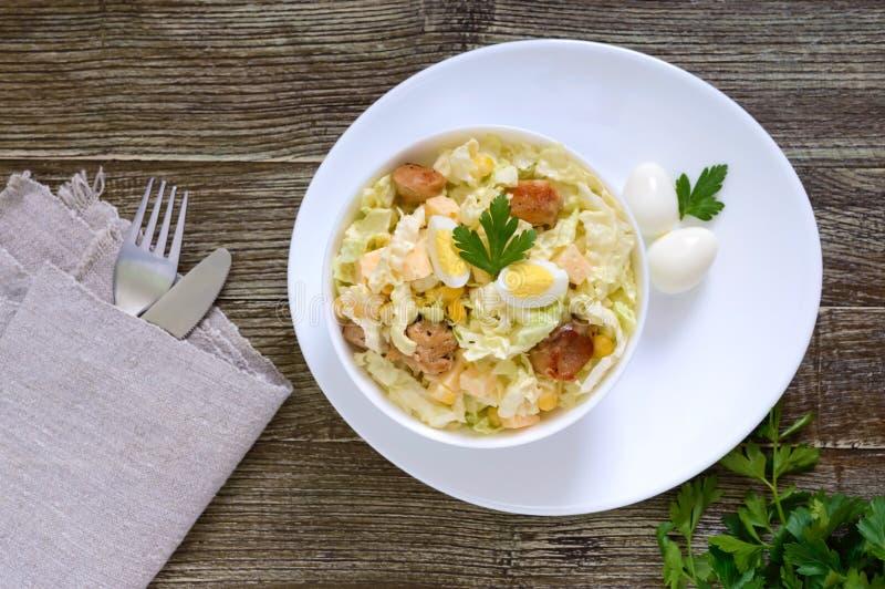 Salade diététique de ressort léger de chou de chine, poulet, fromage, oeufs de caille images stock