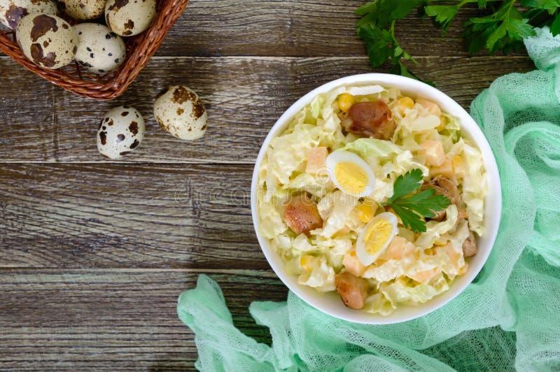 Salade diététique de ressort léger de chou de chine, poulet, fromage, oeufs de caille photo libre de droits