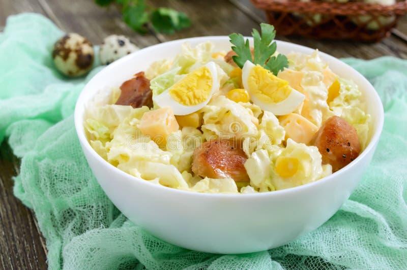Salade diététique de ressort léger de chou de chine, poulet, fromage, oeufs de caille images libres de droits
