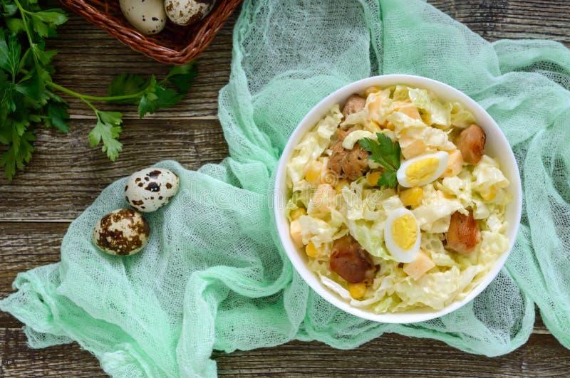 Salade diététique de ressort léger de chou de chine, poulet, fromage, oeufs de caille image libre de droits