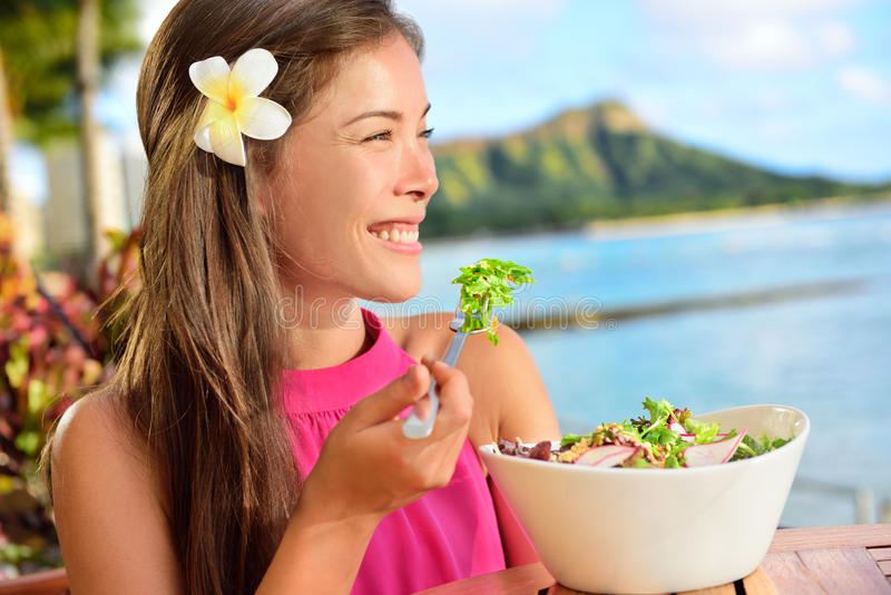 Salade die gezonde vrouw eten bij restaurant in Hawaï stock afbeeldingen