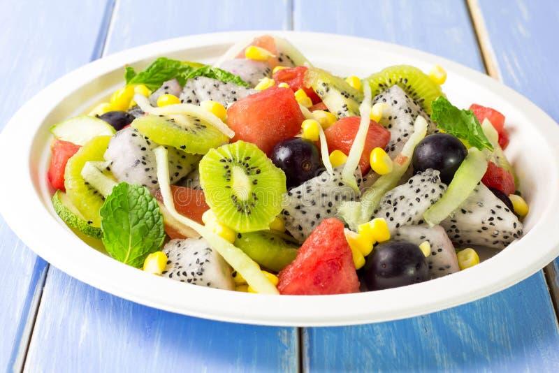 Salade en fruit in een verscheidenheid van colcrs stock afbeeldingen