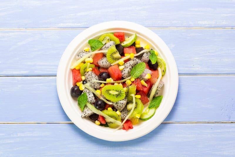 Salade en fruit in een verscheidenheid van colcrs stock afbeelding