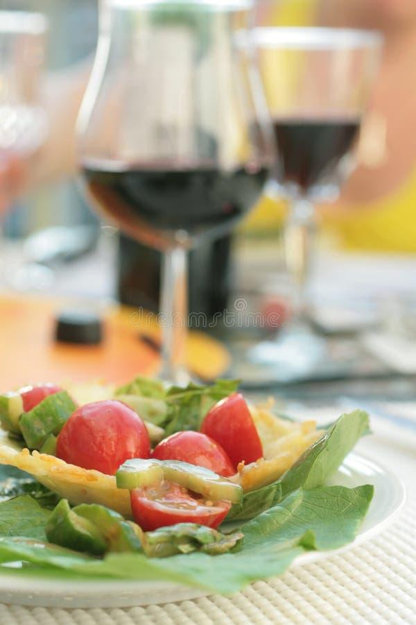 Salade en rode wijn stock afbeeldingen