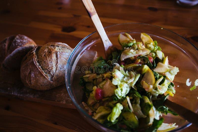 Salade en vers brood royalty-vrije stock afbeelding