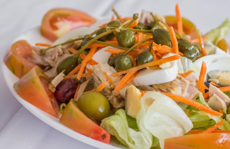 Salade espagnole et valencian traditionnelle avec des oeufs, grandes câpres et photos stock