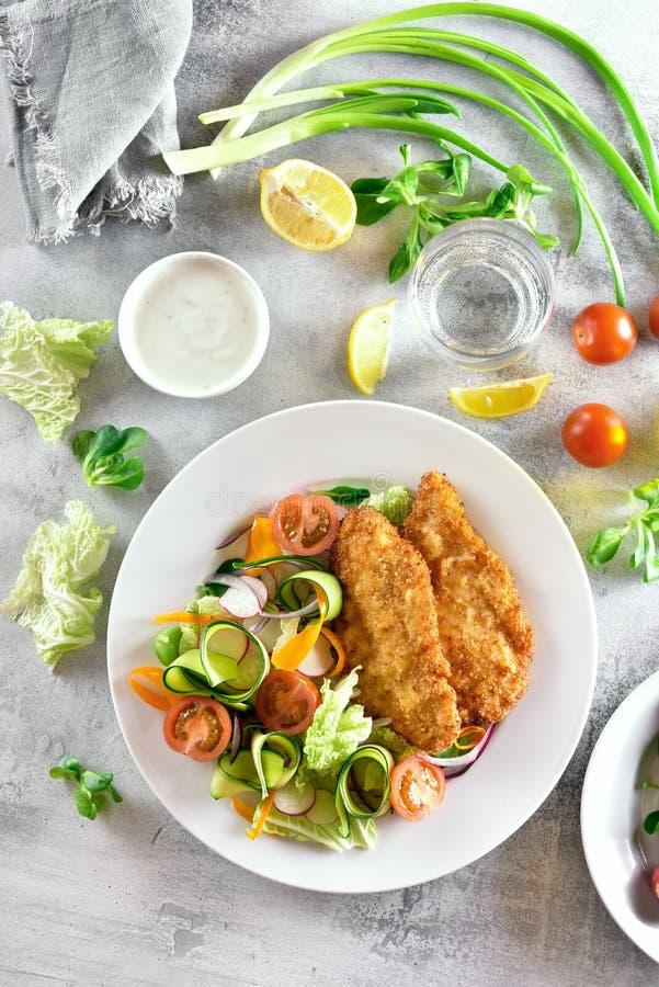 Salade et escalope de veau végétales saines savoureuses images stock