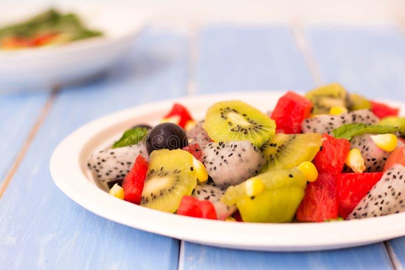 Salade et fruit dans un grand choix de colcrs images libres de droits