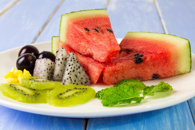 Salade et fruit dans un grand choix de colcrs photo stock