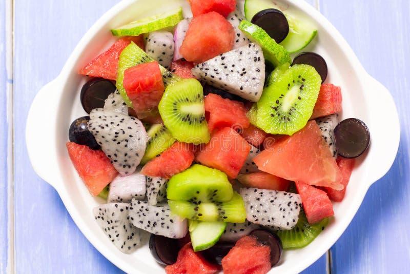 Salade et fruit dans un grand choix de colcrs image stock