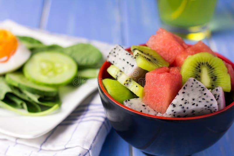 Salade et fruit dans un grand choix de colcrs photographie stock