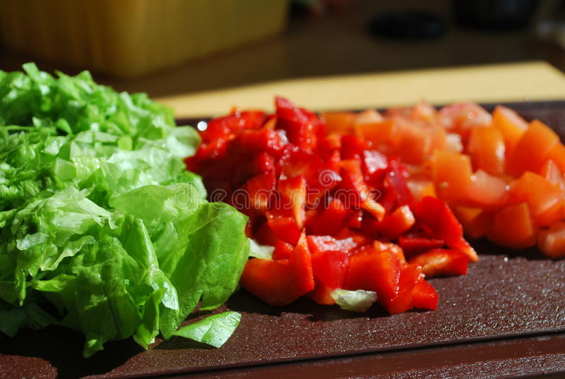 Salade et paprika coupé image stock