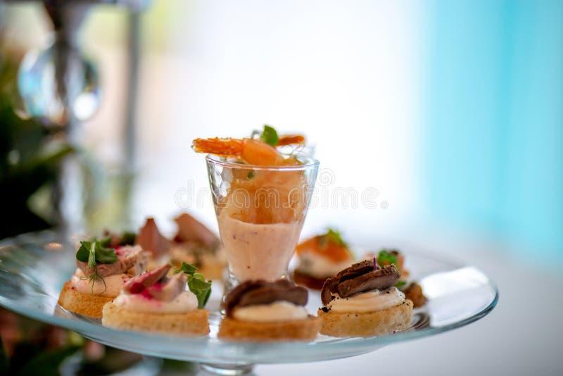 Salade et sandwichs de crevette de plat photographie stock libre de droits