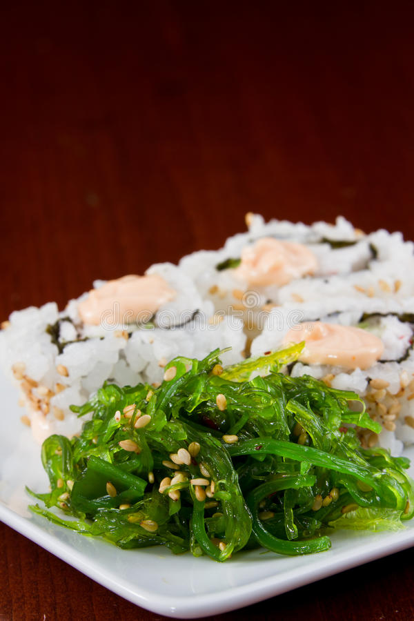 Salade et sushi d'algue photo stock