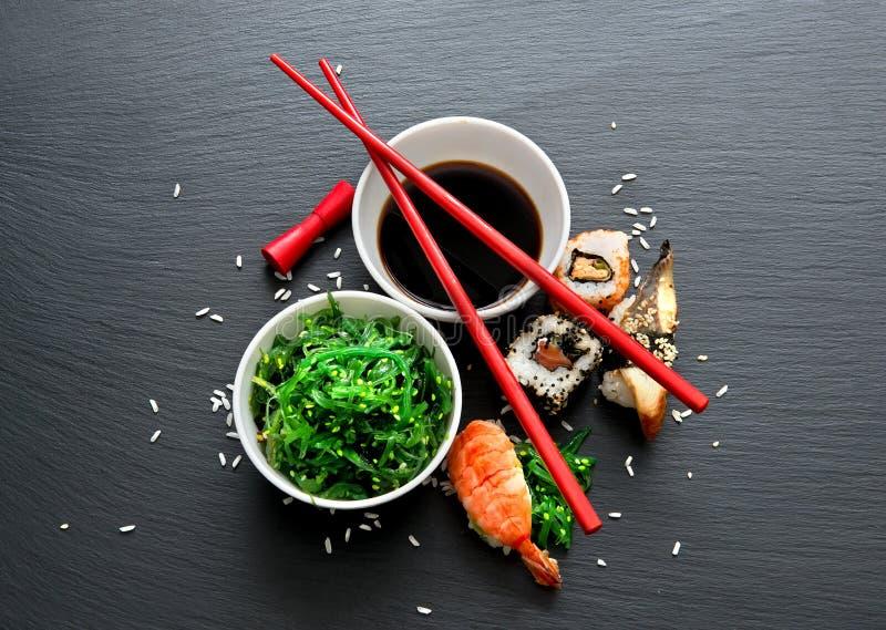Salade et sushi d'algue images libres de droits