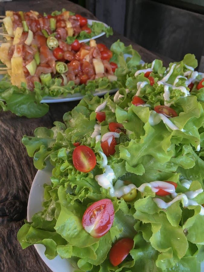 Salade et tomate mélangée sur une table de pique-nique image libre de droits