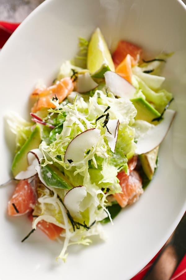 Salade exotique avec les saumons fumés photographie stock libre de droits