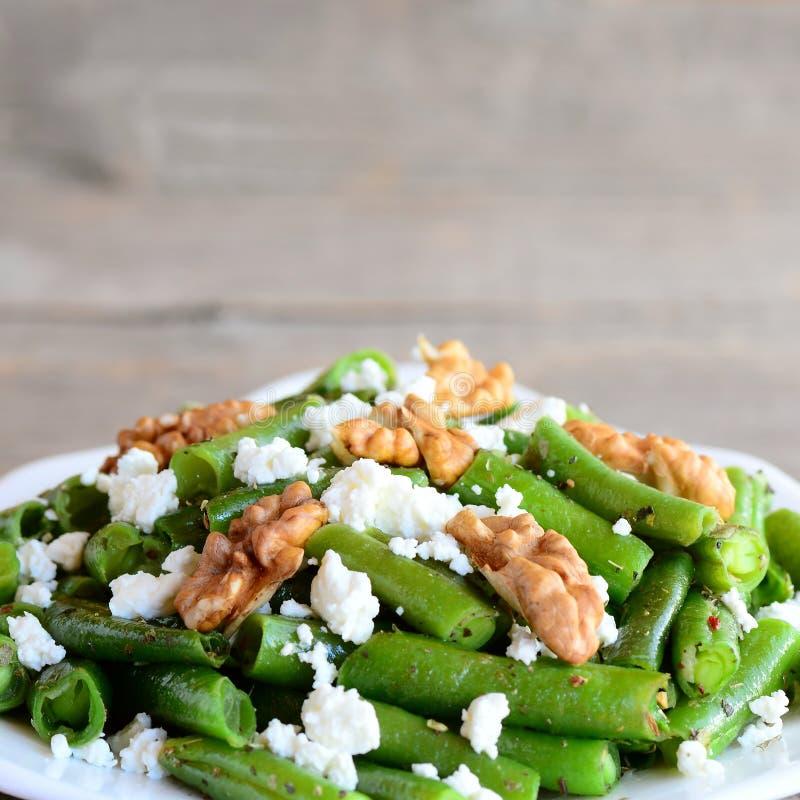 Salade facile de haricot vert avec le fromage blanc et les noix épluchées Recette savoureuse de haricots verts closeup image stock