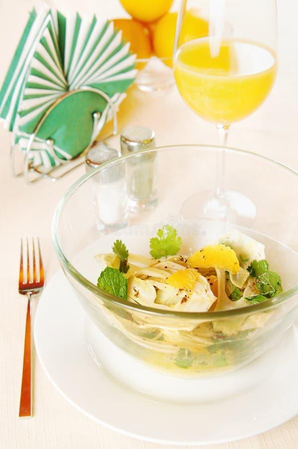 Salade faite de fenouil avec des oranges dans un paraboloïde en verre images libres de droits
