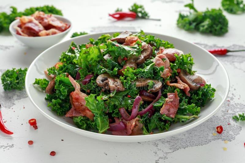Salade faite maison de champignons, de lard de chou frisé avec des piments et habillage de vinaigre balsamique photo libre de droits