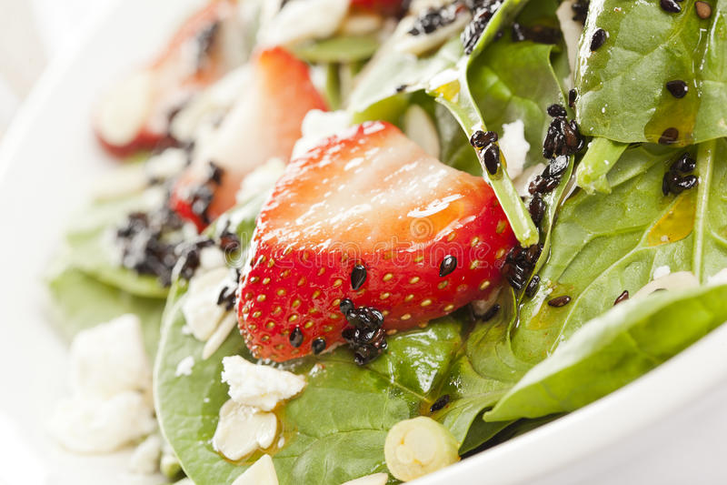Salade faite maison fraîche d'épinards de fraise photos stock