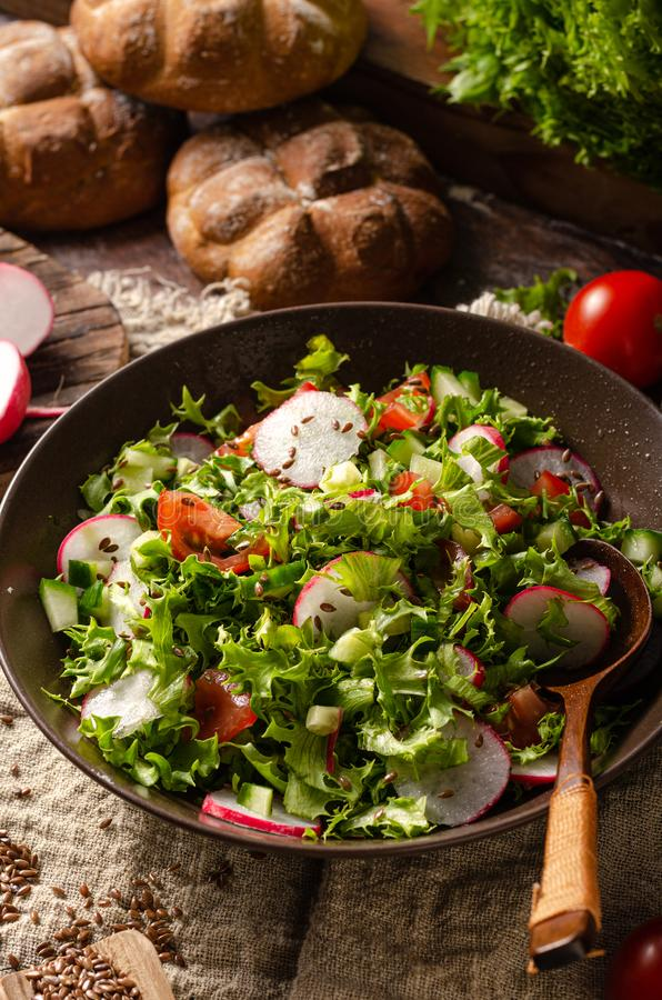Salade faite maison fraîche de jardin photos stock