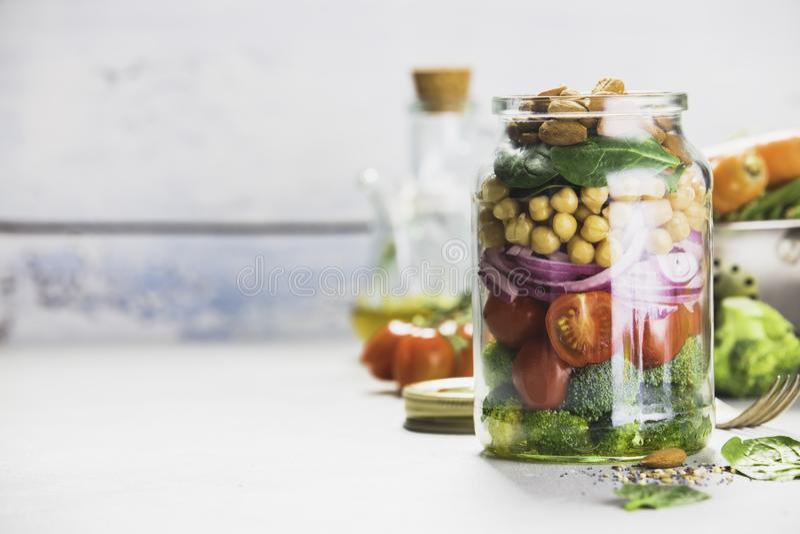 Salade faite maison saine dans le pot en verre photos stock